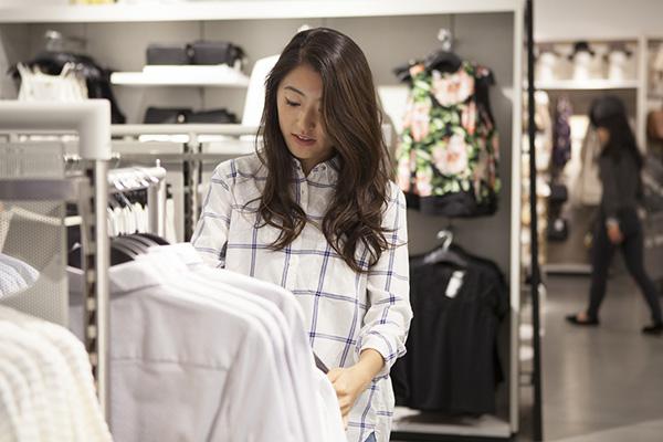 店舗で買い物する女性